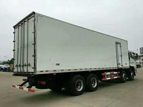 东风前四后八大型9.4米厢体冷藏车带肉钩通风槽