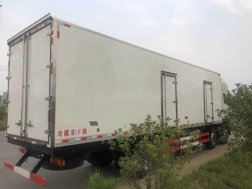 东风天龙9.4米厢体猪肉对接肉钩冷藏车厂家最新
