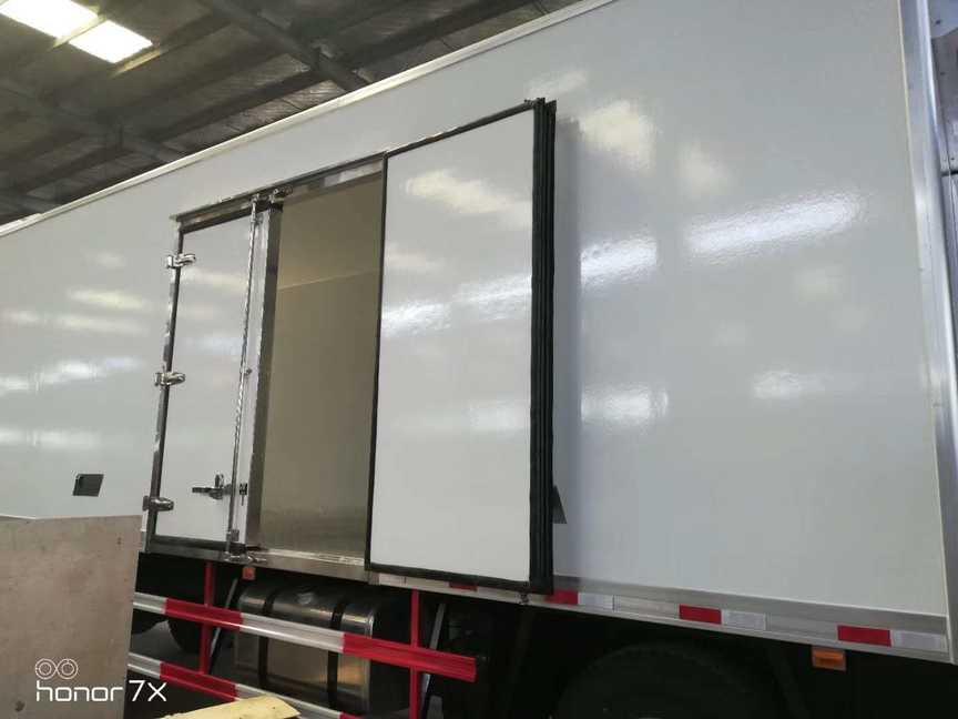 欧曼小三轴9.6米厢体冷藏车大冷链车