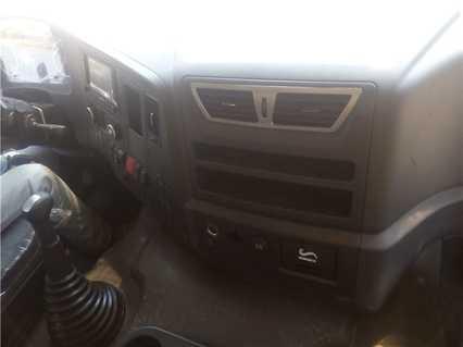 陕汽前四后八9.6米冷藏车